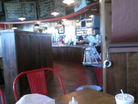 Cadiz, KY: Another shot of the counter and beverage service area at Triplets BBQ