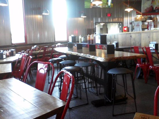 Cadiz, KY: Another shot of the inside dinning area at Triplets BBQ - Raised dinning table.