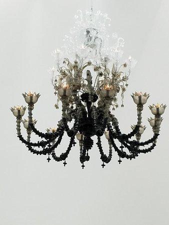 คอร์นนิง, นิวยอร์ก: A chandelier in the Contemporary Gallery.