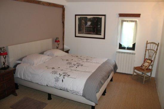 Saint-Andre-de-Double, France: kamer met dubbelbed, goeie matrassen/kussens