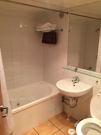 Paradiso Apartments: Clean and tidy bathroom.