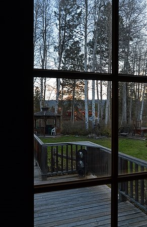 Iron Horse Inn Bed & Breakfast: Overlooking the deck and grounds, out towards the Great Northern caboose.