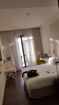 H10 Urquinaona Plaza: Clean bright and modern room