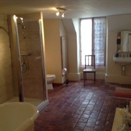 15 Place Voltaire: Burgundy bath/shower room