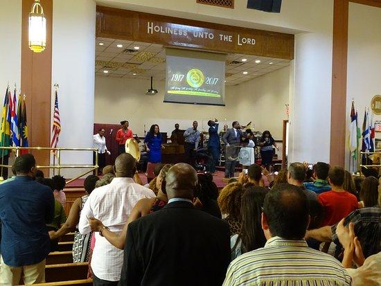 Bethel Gospel Assembly: Primeras filas de feligreses, a partir de ahí todo turistas, y el piso de arriba también turista