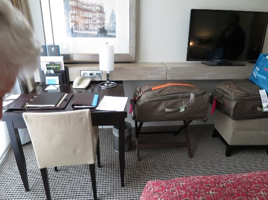Sofitel Brussels Europe: Rm321 -space where extra bed was going - luggage to be removed