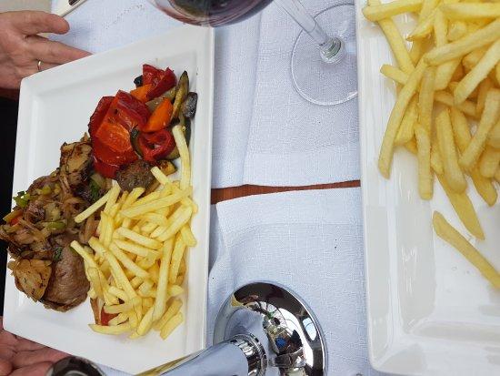 Katzenelnbogen, Alemania: Spaghetti in Öl und Knoblauch - Rumpsteak mit Pilzen und Zwiebeln mit Gemüse und Pommes Frites