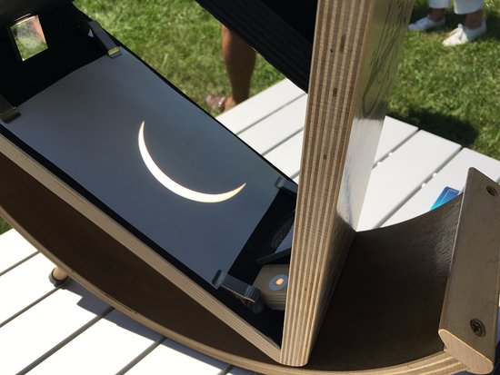 Country Inn & Suites By Carlson, Cookeville: People shared their equipment on the front lawn for viewing the eclipse.