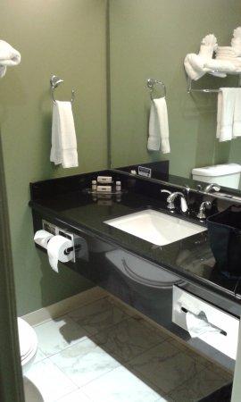 Maple Tree Inn: Mueble de baño