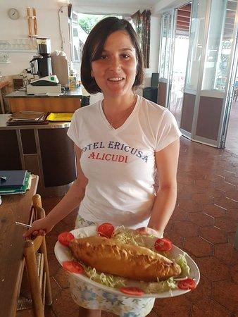 Alicudi, Italie : Michela con un bellissimo calzone al forno col pesce