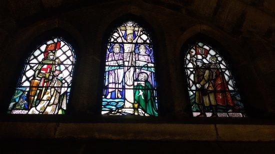 Dunblane Cathedral: Una delle numerose rimarchevoli vetrate colorate istoriate.