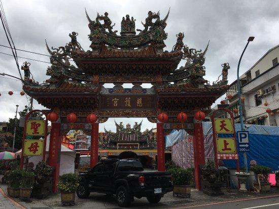 這是座歷史悠久、雕刻繁華的媽祖宮廟。