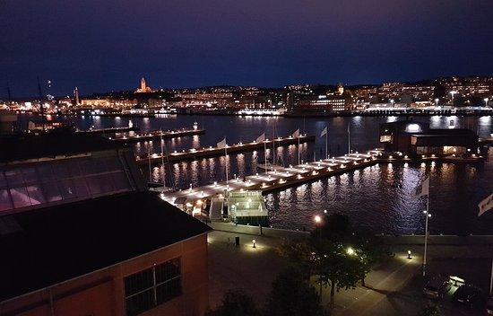 Quality Hotel 11 & Eriksbergshallen: nächtlicher Blick auf Älv und Göteborg vom Zimmerbalkon aus.