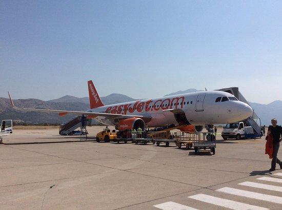 ドゥブロヴニク空港着陸後、駐機...