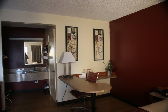 Red Roof Inn Gallup: Great Desk With Plenty Of Outlets