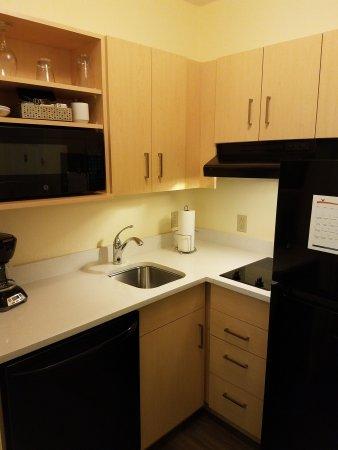 Sonesta ES Suites Parsippany: Well equipped kitchen
