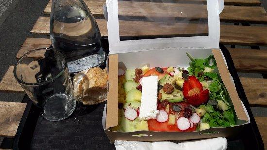 C 12Heures : Salade sans gluten : riz, fraises, concombres, roquette, tomates, radis...