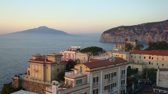 Hotel Mediterraneo Sorrento: VIEW FROM THE RESTAURANT AND TERRACE