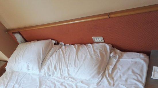 Hotel Tre Torri: testiera del letto pieno di polvere !!!! Ma chi pulisce ? Quando ?