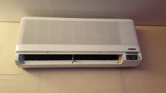 favehotel MEX Surabaya: AC di kamar suite yang tua dan berisik