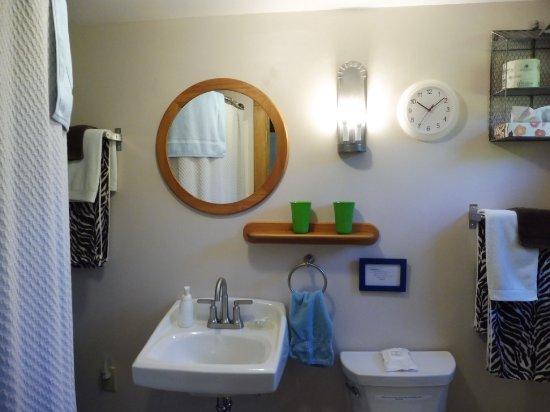 Wakefield, RI: Bathroom for room #2
