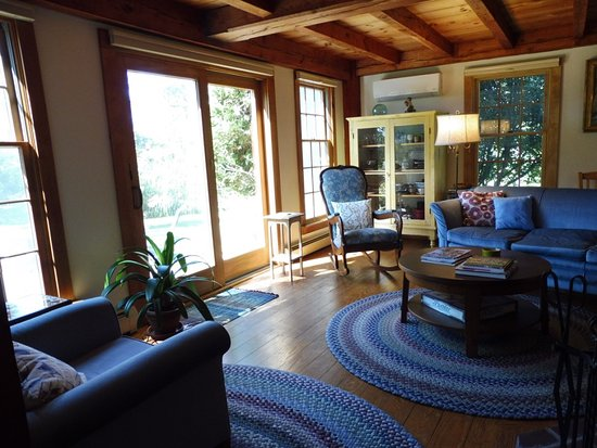 Wakefield, RI: Living room, a nice spot to read or chat!