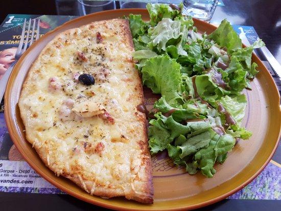 Mornas, France : 1/2 pizza + salade verte