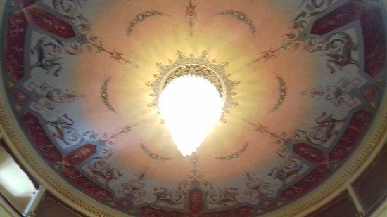 Montecarotto, Ιταλία: soffitto con lampadari fatto a fiori di calle