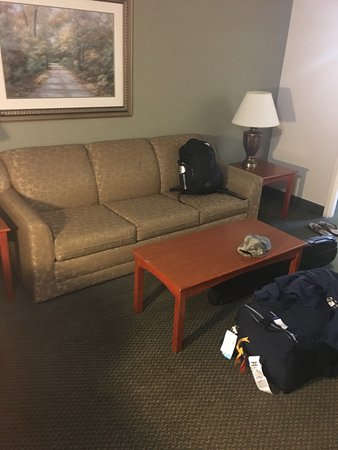 Days Inn & Suites Bozeman: Sitting room with old kind of dirty furniture.