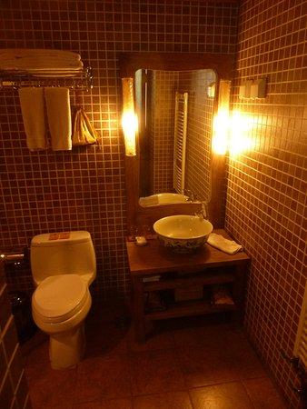 โรงแรมคอร์ทยาร์ด เซเว่น: geräumiges Bad/WC