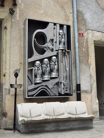 HR Giger Museum: Scultura Esterna