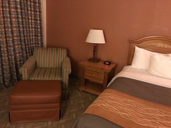 Comfort Inn Downtown: Sessel und Kingsizebett