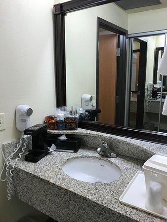 Comfort Inn Downtown: Föhn und Kaffeemaschine am Waschbecken