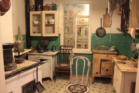 Государственный музей политической истории России: A communal kitchen during Soviet times