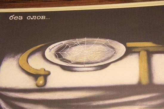 Государственный музей политической истории России: A caricature showing the empty plates during Soviet times
