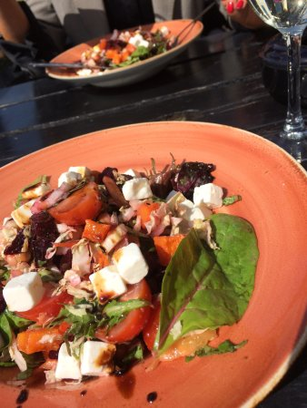 Errigle inn: Roast beetroot, chickpea & feta salad