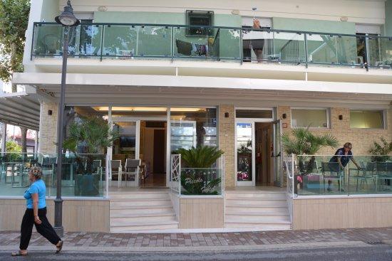 Piccolo Hotel : Nuovo terrazzo frontale - vista generale