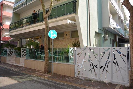 Piccolo Hotel : Nuovo terrazzo frontale e nuovo cancello parcheggio secondario
