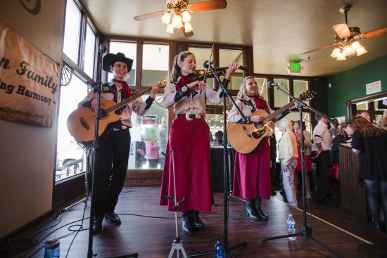 Sisters, OR: Come listen to free live music every Saturday night!