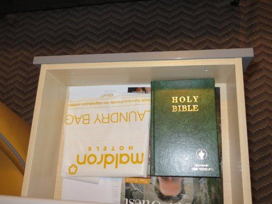 La bible dans le bureau bild von maldron hotel dublin airport
