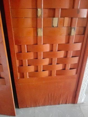 Hotel Posada Del Mar: Puerta del placard