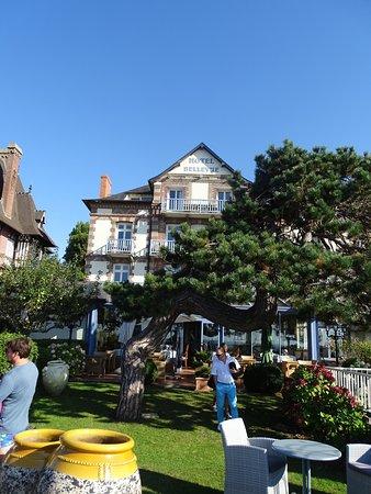 Hôtel Restaurant Le Bellevue : L'(hôtel et le parc