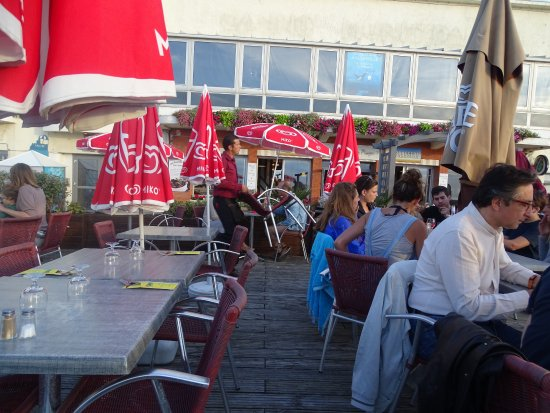Villerville, Francia: La terrasse et le restaurant en arrière plan