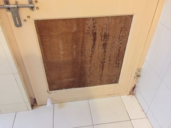 Suryaa Villa: busted up bath room door