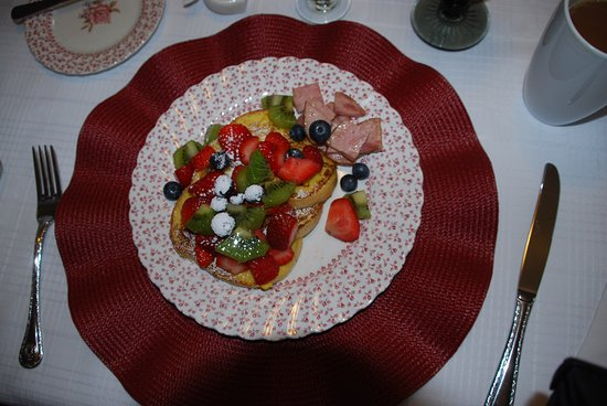 Colby House Bed & Breakfast : French toast with ham and fresh fruit