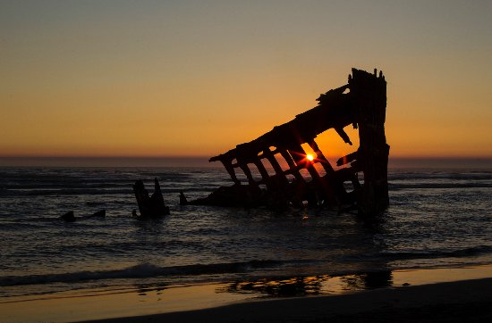 ‪‪Warrenton‬, ‪Oregon‬: The wreck of the Peter Iredale at sunset.‬