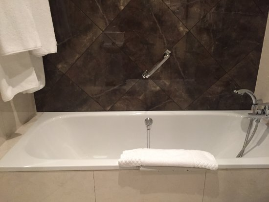 The Killarney Park Hotel: Tub area