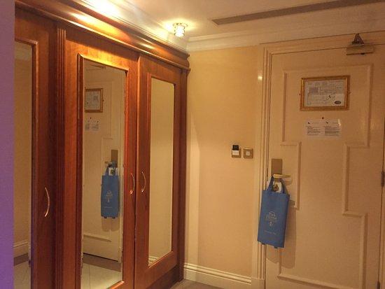 Park House Hotel: Room entry/wardrobe area