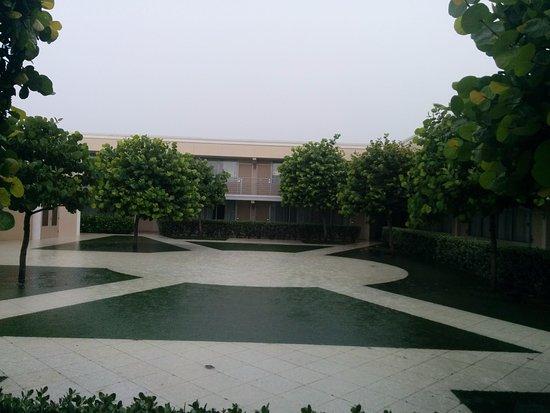 Ramada Venice Hotel Venezia: courtyard floods when rains- standing water