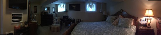 Serenity Ranch Bed and Breakfast: This is a panoramic of most of the room I stayed in.